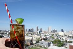 Uma bebida e uma skyline de Nova Orleães imagem de stock
