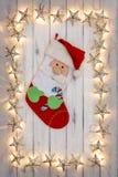 Uma beira de luzes de Natal douradas da estrela, com um estoque do Natal foto de stock royalty free