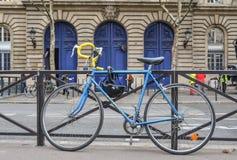 Uma bicicleta azul na baixa em Paris, França fotografia de stock royalty free