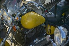 Uma bicicleta feita sob encomenda amarela a uma reunião imagem de stock