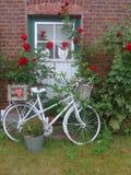 Uma bicicleta velha na frente de uma casa da quinta fotos de stock royalty free