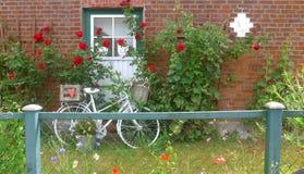Uma bicicleta velha na frente de uma casa da quinta Foto de Stock Royalty Free