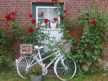 Uma bicicleta velha na frente de uma casa da quinta Imagem de Stock Royalty Free