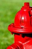 Uma boca de incêndio de incêndio vermelho Fotos de Stock Royalty Free