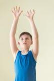 Uma bola de espera do menino Imagem de Stock Royalty Free