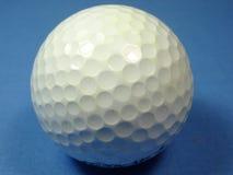 Uma bola de golfe Fotografia de Stock Royalty Free