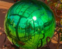 Uma bola de vidro verde-clara com reflexões curvadas Imagem de Stock