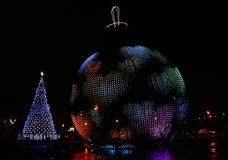 Uma bola gigante de incandescência com um teste padrão sob a forma dos corações e uma árvore de Natal estão em Victory Park no mo Fotos de Stock Royalty Free