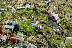 Uma bola velha do futebol no meio de um grupo do lixo no rio, poluição ambiental gigante fotografia de stock royalty free