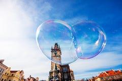 Uma bolha enorme no fundo a praça da cidade velha em Praga Imagens de Stock