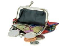 Uma bolsa aberta com moeda britânica Fotos de Stock