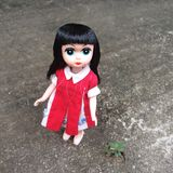 Uma boneca adorável do vintage está estando apenas em um lugar só fotografia de stock