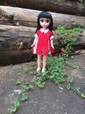 Uma boneca adorável do vintage está estando apenas em um lugar só fotos de stock