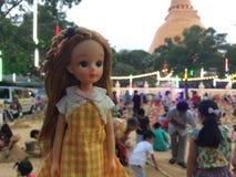 Uma boneca adorável do vintage nomeou Licca-chan está estando na frente da carta do número foto de stock