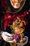 Uma boneca colorida do palhaço nas mãos Fotos de Stock Royalty Free