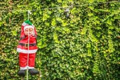 Uma boneca de Santa Claus que pendura em uma corda em um pátio Fotos de Stock Royalty Free