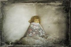 Uma boneca velha assustador, batida em cortinas da rede do vintage Com um grunge temperamental edite fotos de stock