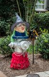Uma bruxa amusing e criativa da boca de incêndio de fogo, Woodstock, Geórgia, EUA imagens de stock