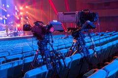 Uma câmara de televisão profissional para filmar concertos e eventos fotografia de stock