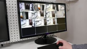 Uma câmara de vigilância na tela de monitor, câmeras de visão no DVR video estoque