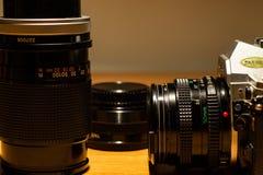 Uma câmera de trabalho imóvel velha, seus filmes a ser tornados fotografia de stock