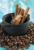 Uma caçarola pequena com uma grão do café imagem de stock