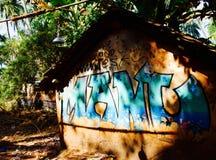 Uma cabana abandonada pequena na praia de Anjuna em Goa, Índia imagens de stock