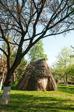 Uma cabana antiga ucraniana típica Imagens de Stock Royalty Free