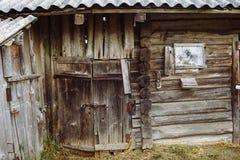 Uma cabana de desmoronamento velha fotografia de stock