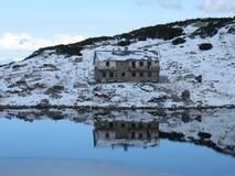 Uma cabana e um abrigo bonitos que refletem nas águas da lagoa Fotografia de Stock