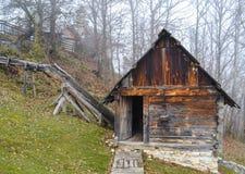 Uma cabana rústica de madeira nas madeiras Fotografia de Stock