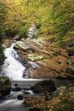 Uma cachoeira deslizante beautful no parque nacional da montanha fumarento Fotos de Stock
