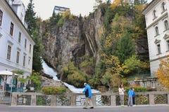 Uma cachoeira está mergulhando através da cidade Gastein mau, Áustria fotos de stock