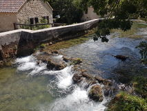 Uma cachoeira minúscula no lado de um moinho croata Imagem de Stock Royalty Free