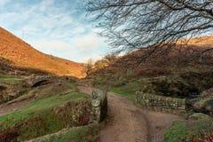 Uma cachoeira outonal e uma ponte de pedra do cavalo de carga em três condados imagens de stock royalty free