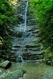 Uma cachoeira pequena em um desfiladeiro profundo Foto de Stock Royalty Free