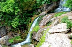 Uma cachoeira pitoresca no parque do outono Fotografia de Stock Royalty Free