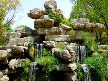 Uma cachoeira sobre rochas Imagem de Stock