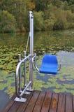 Uma cadeira do elevador como o dispositivo para pessoas deficientes no lago ibm, em Austri superior imagens de stock royalty free