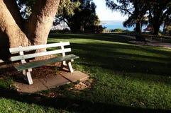 Uma cadeira em um parque Fotografia de Stock Royalty Free