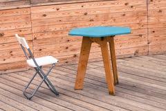 Uma cadeira moderna branca vazia com tabela azul fotografia de stock