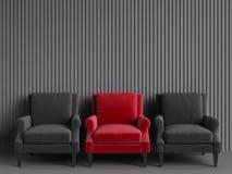 Uma cadeira vermelha entre cadeiras cor-de-rosa no backgrond cinzento Foto de Stock
