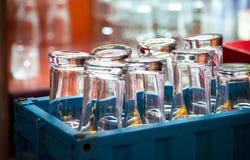 Uma caixa azul com vidros invertidos na barra da cozinha Fotografia de Stock