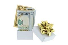 Uma caixa branca com a fita dourada do presente com com dólar indicado unido novo foto de stock royalty free
