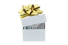 Uma caixa branca com a fita dourada do presente com dólar para dentro fotografia de stock royalty free