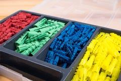 Uma caixa com dyupels coloridos, prendedores imagens de stock