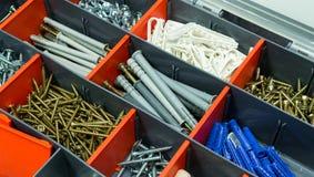 Uma caixa com parafusos, dyupels, prendedores Fotografia de Stock
