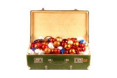 Uma caixa completamente de esferas da noite do Natal Imagem de Stock Royalty Free