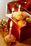Uma caixa completamente de mini fairycakes da estrela Imagens de Stock