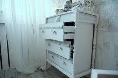 Uma caixa das senhoras de gavetas branca pintada velha foto de stock royalty free